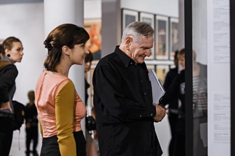 Na pierwszym planie Zuzanna Sokalska (Galeria Monopol w Warszawie) i Józef Robakowski