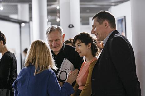 Od lewej (tyłem) Maria Morzuch (Dział Sztuki Nowoczesnej), Józef Robakowski, Zuzanna Sokalska (Galeria Monopol w Warszawie), Ryszard Cichy