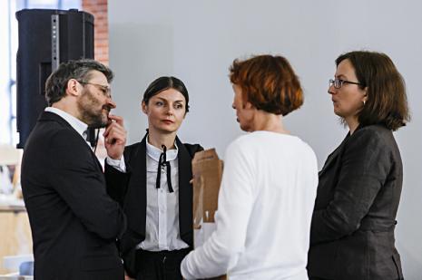 Od lewej dyr. Jarosław Suchan (ms), Marlena Kudlicka, Anna Saciuk-Gąsowska (Dział Sztuki Nowoczesnej), Paulina Kurc-Maj (kuratorka wystawy, Dział Sztuki Nowoczesnej)