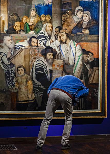 Publiczność zwiedzająca wystawę