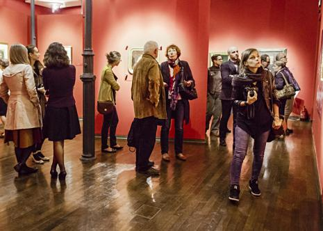 Publiczność zwiedzająca wystawę, w środku Anna Saciuk-Gąsowska (Dział Sztuki Nowoczesnej)