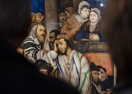 Widzowie przez obrazem Maurycego Gottlieba