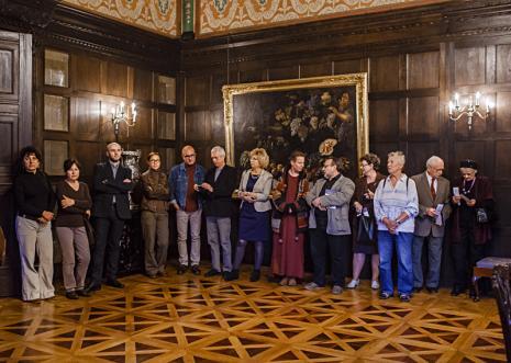 Publiczność na otwarciu wystawy, z aparatem Krzysztof Jurecki