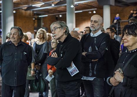 Wernisaż, w środku architekt-artysta Włodzimierz Adamiak, z prawej Janusz Janczukiewicz (ms club). Fot. Anna Taraska-Pietrzak