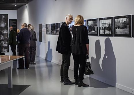 Widzowie zwiedzający wystawę. Fot. Anna Taraska-Pietrzak