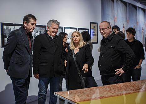 Wernisaż, od lewej Ryszard Cichy, Dariusz Bieńkowski (kolekcjoner), Ewa Partum, Jerzy Grzegorski (Galeria Wschodnia w Łodzi). Fot. Anna Taraska-Pietrzak