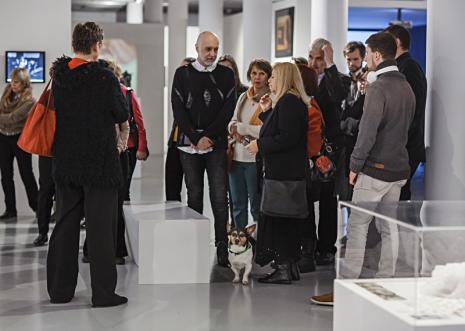 Ewa Partum wśród widzów zwiedzających wystawę. Fot. Anna Taraska-Pietrzak