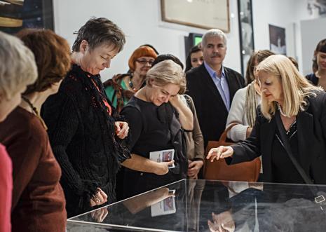 Ewa Partum (z prawej) z widzami oglądającymi wystawę. Fot. Anna Taraska-Pietrzak