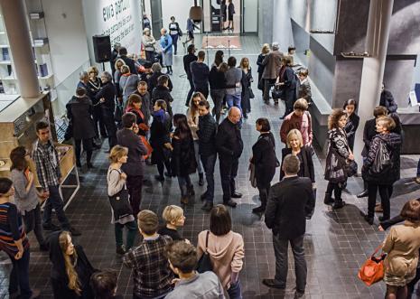 Publiczność przed otwarciem wystawy. Fot. Anna Taraska-Pietrzak