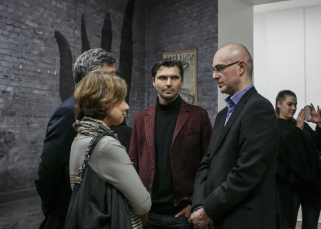 Z prawej kurator wystawy Jarosław Lubiak (Dział Sztuki Nowoczesnej)