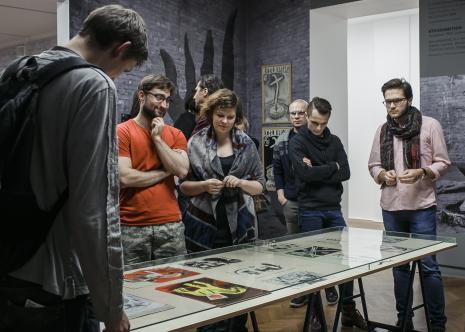 Zwiedzanie wystawy, trzeci od lewej Karol Stolarek (wokalista zespołu Bruno Schulz)
