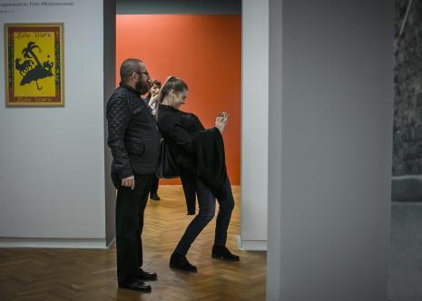 Mariusz Kuruk, w głębi Anna Saciuk-Gąsowska (Dział Sztuki Nowoczesnej)