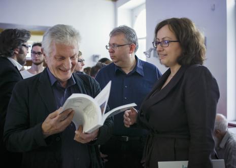 Edigio Marzona (zaczytany) z kuratorami wystawy Pawłem Politem (Dział Sztuki Nowoczesnej) i Pauliną Kurc-Maj (Dział Sztuki Nowoczesnej)