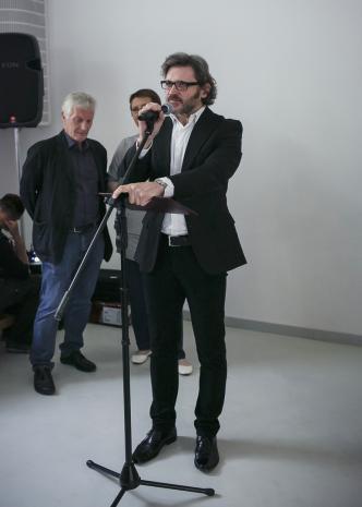 Dyr. Jarosław Suchan otwiera wystawę, w głębi Edigio Marzona