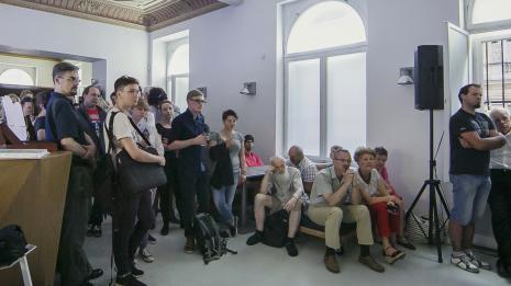 Wernisaż w kawiarni muzealnej: pierwszy z lewej muzyk Sławomir Walina, z prawej przy głośniku Łukasz Janicki (ms) i dr Janusz Zagrodzki, siedzi Ryszard Kuba Grzybowski (z brodą)