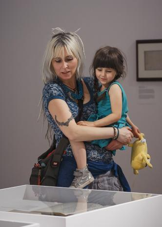 Podczas oglądania wystawy: Małgorzata Wolańska z córką