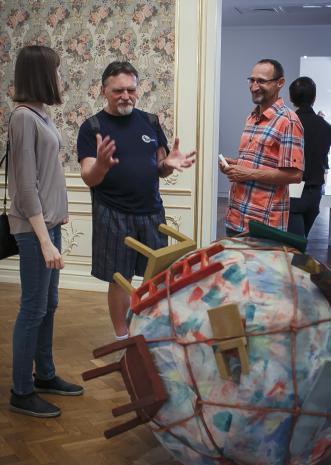 Podczas oglądania wystawy: w środku Zdzisław Muchowicz