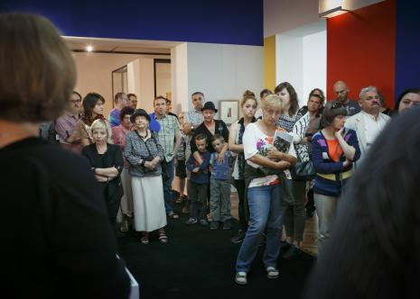 Dada piknik, wykład w Sali Neoplastycznej z lewej (ubrana na czarno) Eliza Gaust (Centrum Dialogi im. Marka Edelmana w Łodzi), w środku (za kobietą w kapeluszu) Andrij Bojarow (artysta, kurator ze Lwowa)