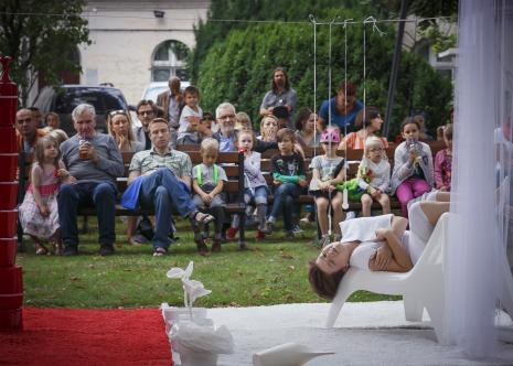 Dada piknik - zajęcia w ogrodzie, z lewej Józef Robakowski z córką