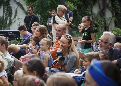 Dada piknik - zajęcia w ogrodzie, z prawej Lech Leszczyński