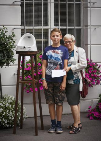 Dada piknik - publiczności portret z pisuarem, Bożena Pieniążek (była pracownica ms) z wnukiem