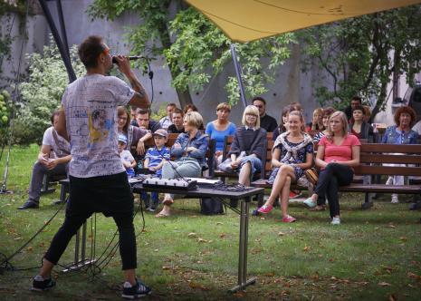Dada piknik, koncert w ogrodzie muzealnym. Z mikrofonem Tomasz Cebo