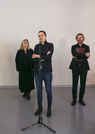 Kuratorki wystawy Maria Morzuch (Dział Sztuki Nowoczesnej) i Kasia Redzisz oraz dyr. Jarosław Suchan (ms)