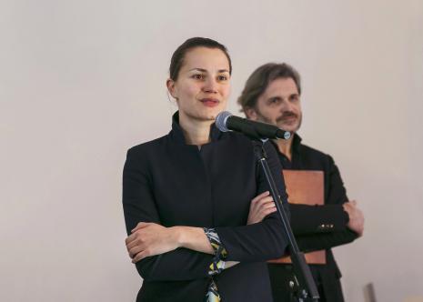 Kuratorka wystawy Kasia Redzisz, w głębi dyr. Jarosław Suchan (ms)