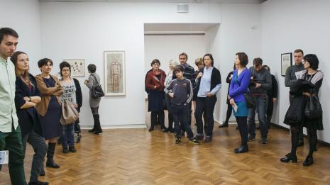 Publiczność ogląda wystawę