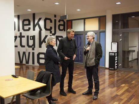 W środku Mirosław Bałka, z prawej historyk sztuki Julian Heynen