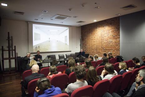Andrew Nairne, Mirosław Bałka i koordynator spotkania Paweł Polit (Dział Sztuki Nowoczesnej) oraz publiczność