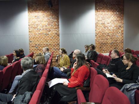 Słuchacze, siedzą w ostatnim rzędzie dr Maciej Ożóg (Instytut Kultury Współczesnej) i Marta Skłodowska