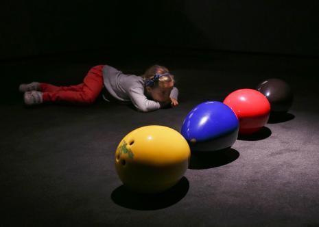 Widz na wernisażu wystawy Bezimienność nocy Assafa Grubera