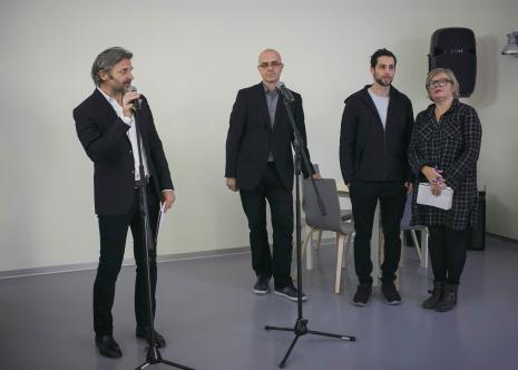 Od lewej dyr. Jarosław Suchan (ms), kurator wystawy Jarosław Lubiak (Dział Sztuki Nowoczesnej), Assaf Gruber, tłumaczka