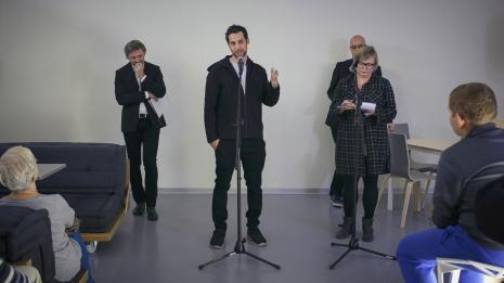 Autor wystawy Assaf Gruber na otwarciu w kawiarni ms, z lewej dyr. Jarosław Suchan (ms), z prawej kurator wystawy Jarosław Lubiak (Dział Sztuki Nowoczesnej) i tłumaczka