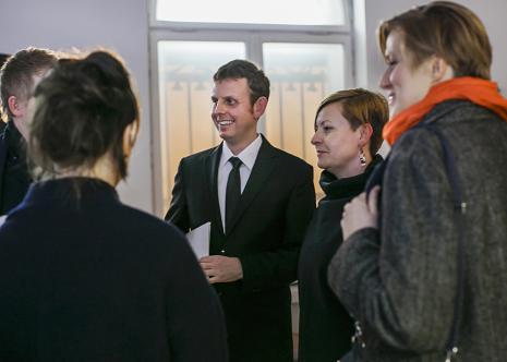 Wernisaż w kawiarni ms, w środku Michał Jachuła (kurator wystawy), Joanna Malinowska, Joanna Sokołowska (Dział Sztuki Nowoczesnej)