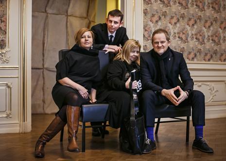 Siedzą: Joanna Malinowska, Maria Morzuch (Dział Sztuki Nowoczesnej), C.T. Jasper, stoi Michał Jachuła (kurator wystawy)