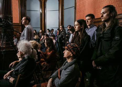 Koncert Kwintetu smyczkowego na 2 altówki, 2 wiolonczele i trupa w sali odczytowej ms, na pierwszym planie (siedzi) red. Krystyna Namysłowska