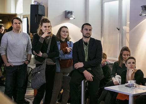 Uczestnicy wernisażu w kawiarni ms