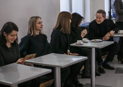 Uczestnicy wernisażu w kawiarni ms, z prawej C.T. Jasper
