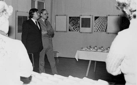 Dieter Hönisch (Nationalgalerie, Berlin Zachodni) i dr Pieter Krieger na wernisażu wystaw: Antoni Starczewski. Paralele, Ireneusz Pierzgalski. Relacje oraz Hanach Hoch. Malarstwo - rysunek- collage