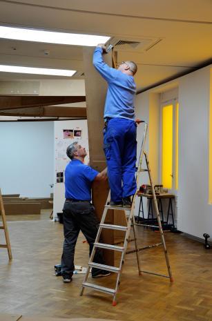 Montaż wystawy, pracownicy brygady technicznej Krzysztof Więcek i Marek Kubacki, fot. Maria Gonera