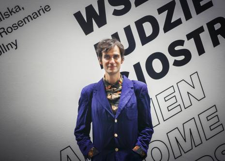 Marcin Polak, artysta i społecznik, autor wydarzenia Bracia i siostry! towarzyszącego wystawie w ms