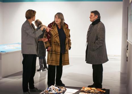 Od lewej kuratorka wystawy Joanna Sokołowska, Ines Doujak, pisarz John Barker - autorzy pracy Bezpańskie głosy
