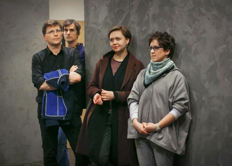 Uczestnicy wernisażu, z lewej dwaj artyści: Daniel Rumańcew i Marcin Polak