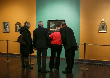Publiczność oglądająca wystawę