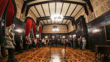 Przed otwarciem, w sali balowej Pałacu Herbsta