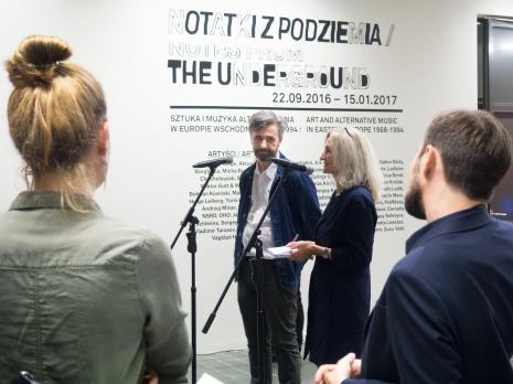 W głębi kurator wystawy David Crowley z tłumaczką