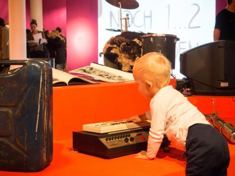 Mały widz na wystawie