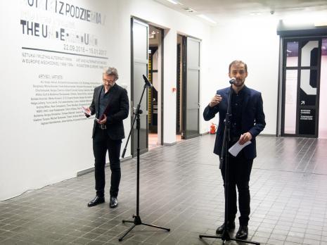 Dyr. Jarosław Suchan (ms) i kurator wystawy Daniel Muzyczuk (Dział Sztuki Nowoczesnej)